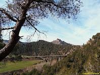 """Vistes sobre el Viaducte de la Carosa, el Túnel de Cardona i el Castell de Cardona des del Bosc del Pinell. Autor: Francesc """"Caminaire"""""""