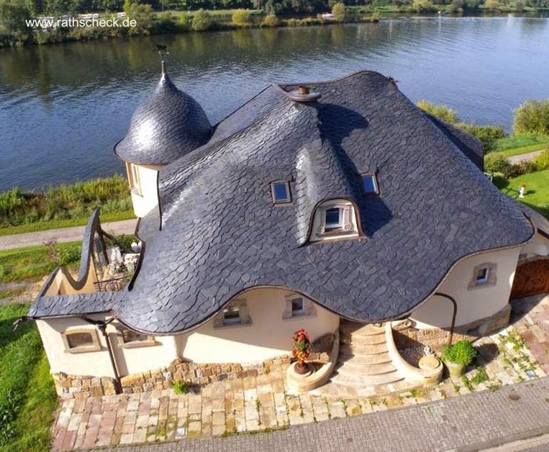 Vista a vuelo de pájaro de una casa tradicional alemana con techo de tejuelas de laja negra