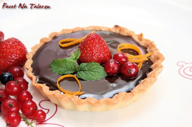 mini tarta z czekoladą i owocami
