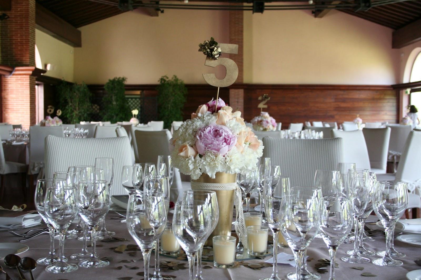 Continuando con el mismo estilo de la ceremonia, la zona del aperitivo fue iluminada con velas flotantes y suspendidas. Flores en colores rosa,
