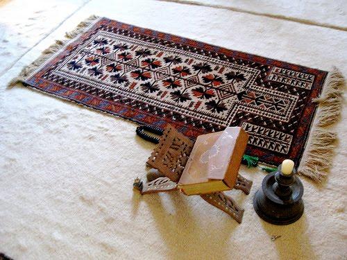 Si vous possédez tapis de prière et Coran, dénoncez-vous !