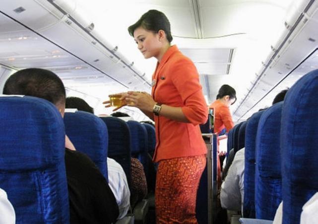 TRIBUNNEWS.COM, JAKARTA - Pramugari Garuda Indonesia dalam penerbangan ...