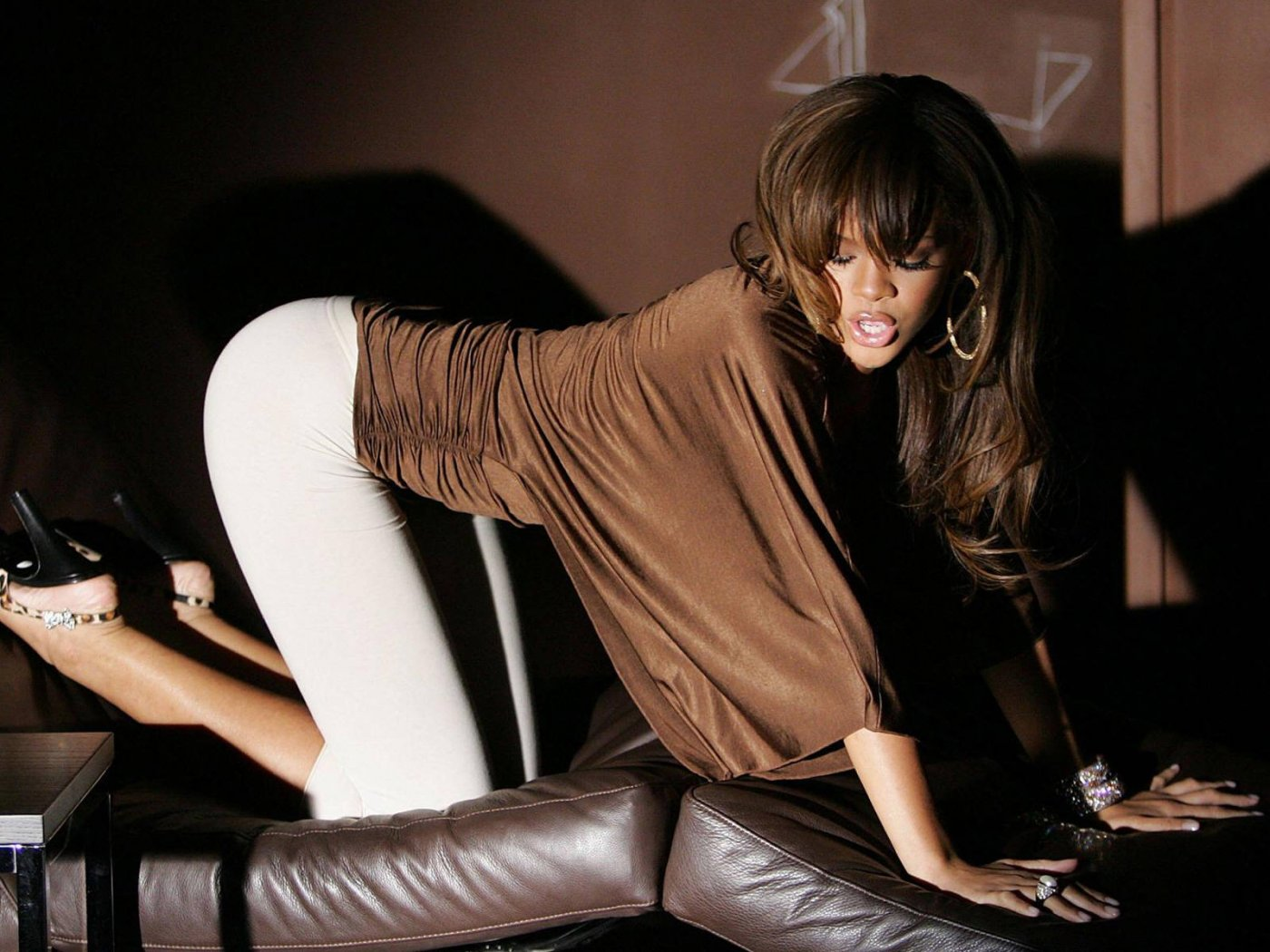 http://3.bp.blogspot.com/-lxMe-7Tmp0k/T7VN68U0noI/AAAAAAAAAyw/f4gQIymDgwA/s1600/Rihanna+Hot+Images+Wallapers+02.jpg