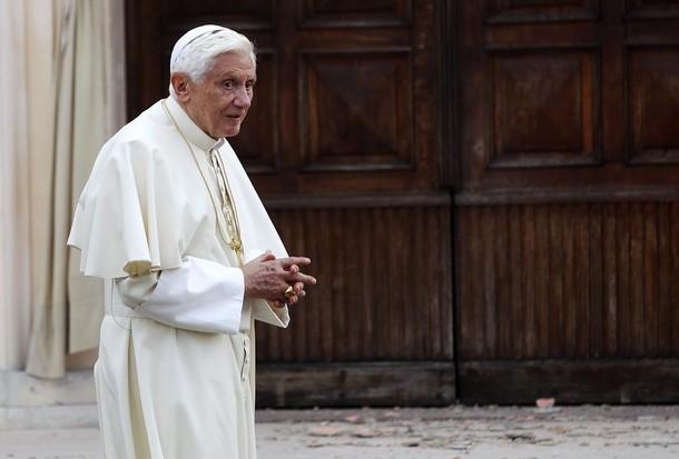 emilia23 I terremotati di Mirandola portano al Cristo Pensante i frammenti di 50 chiese cadute