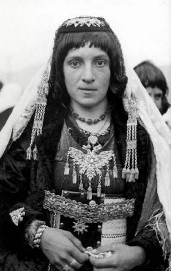 Donne albanesi in costume popolare