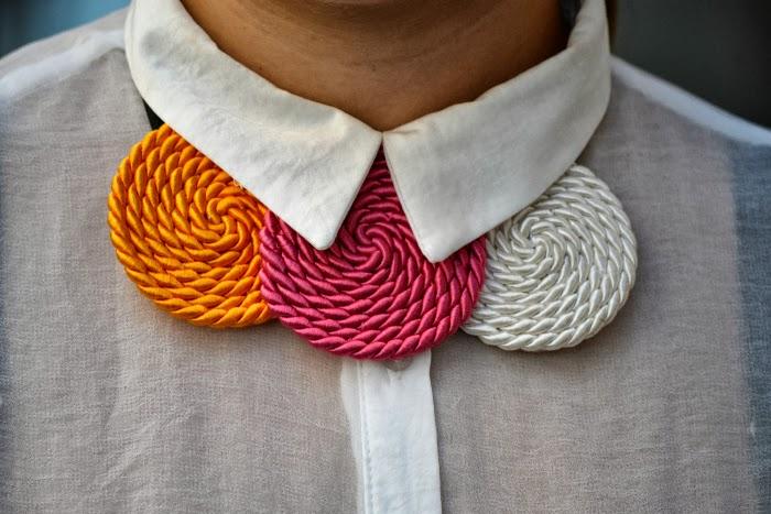 look_outfit_camisa_blanca_collar_tricolor_Chulinadas_ruedas_Bershka_bailarinas_piel_Zara_nudelolablog_06