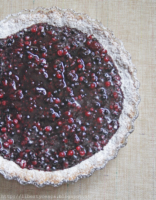 crostata integrale con frutti di bosco / tart with wheat flour and mixed wild fruits
