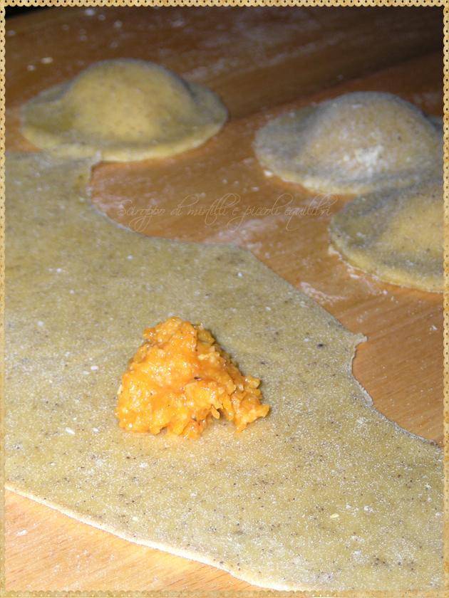 Preparazione ravioli di sfoglia al caffè ripieni di zucca