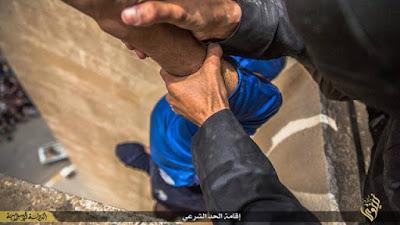 Imagens de homossexuais sendo atirados de prédio pelo Estado Islâmico