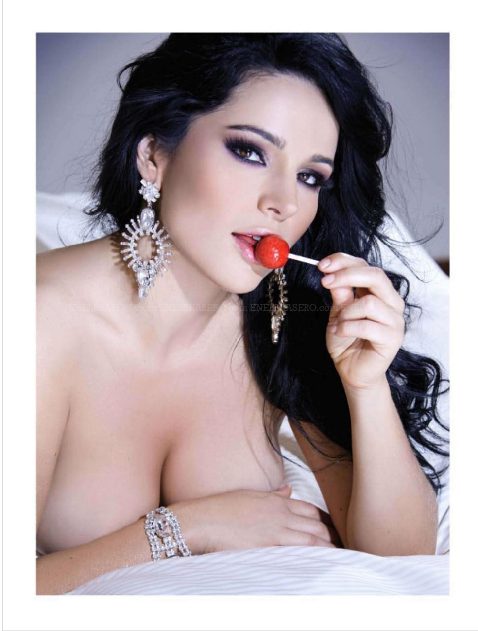 Aquí les dejo las imágenes sexys de Mariana Rios en H México.