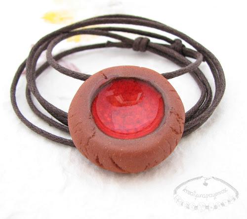 Ceramiczny naszyjnik uformowany z brązowej gliny z czerwonym oczkiem 1