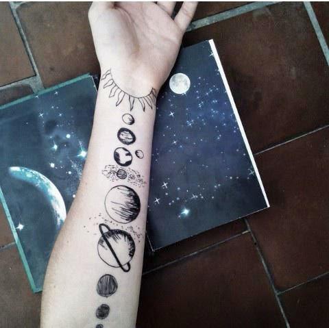 Tatuaje sistema solar en blanco y negro