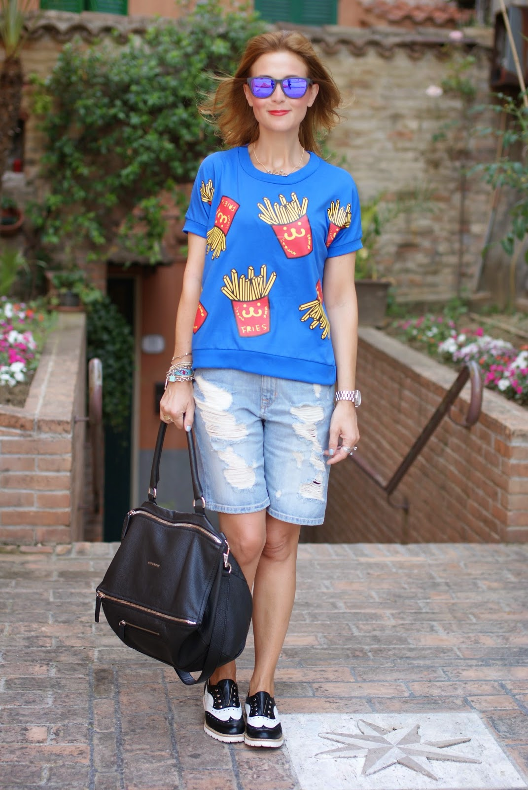 french fries print blouse, patatine fritte stampa, ripped shorts, Givenchy Pandora, Lemaré shoes, Fashion and Cookies, fashion blogger