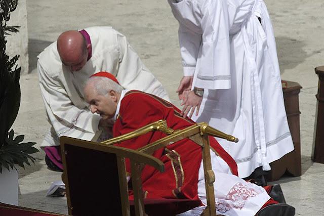 O Cardeal Piacenza cai durante a missa Papal do Domingo de Ramos