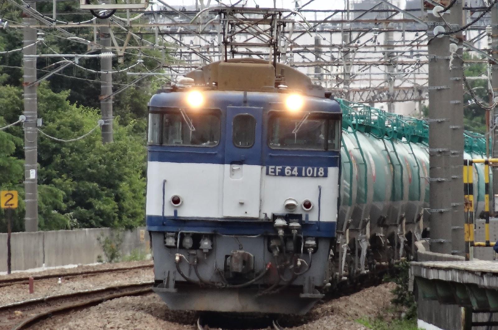 武蔵野線新座駅を通過するEF64牽引の貨物列車