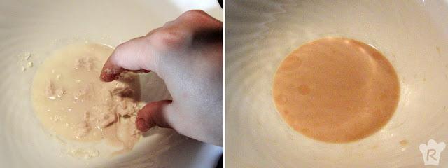 Deshaz la levadura con agua en un cuenco pequeño