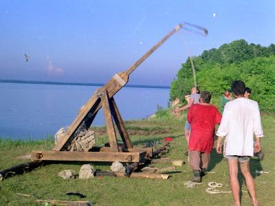 Безнен тарих 2003, выстрел катапульты