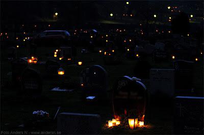 allhelgona, alla helgons dag, allhelgonadagen, allahelgona, halloween in sweden, ljus på gravar, kyrkogården, gravljus, foto anders n