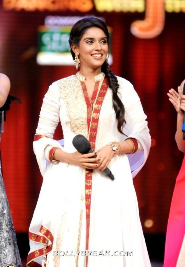 Asin looks beautiful in white churidaar with red border - Asin on Jhalak Dikhhla Jaa in traditional dress