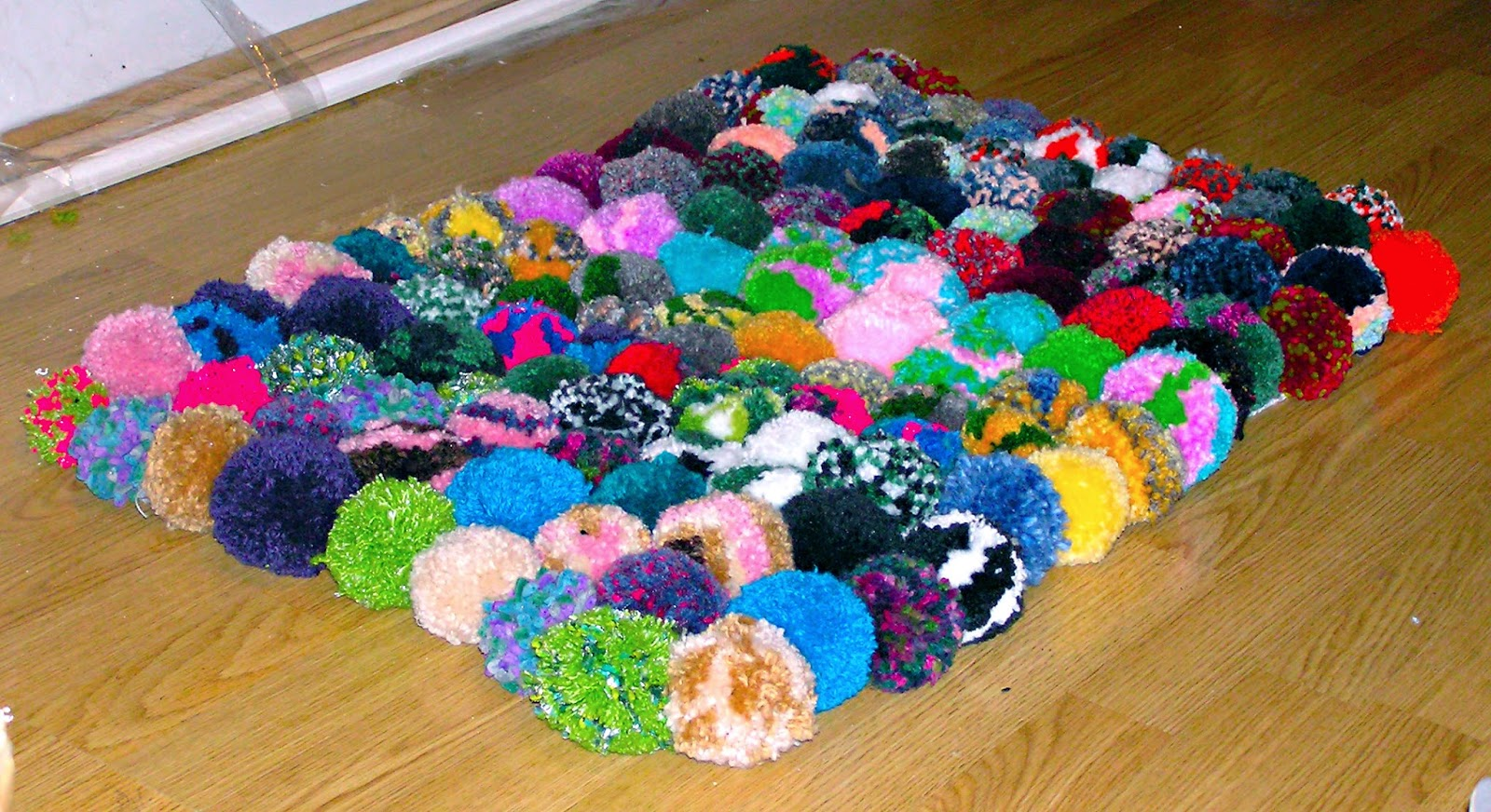 Planeta virtual alfombra pompones de lana diy for Lana para hacer alfombras