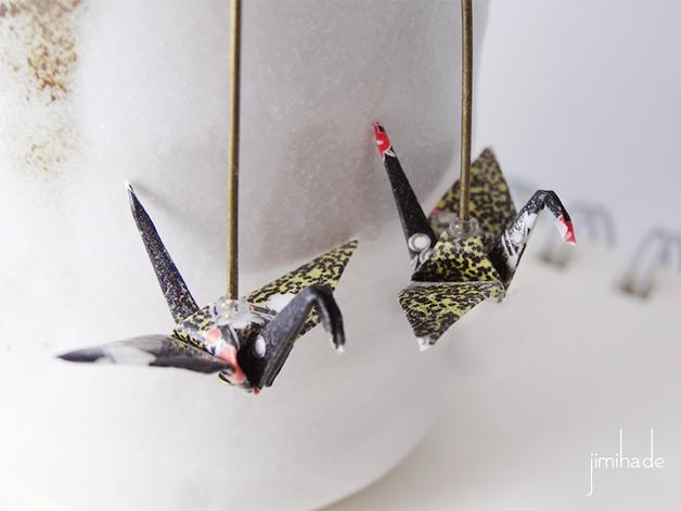 Boucles d'oreilles origami grue motif noir doré et rouge