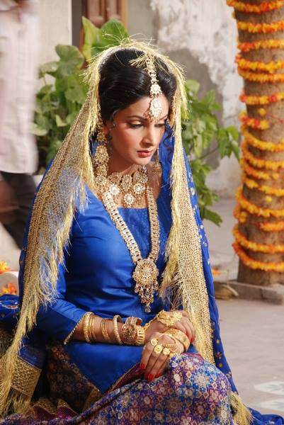 Pakistani Model Saba Qamar Behind The Scenes Of Bridal Shoot
