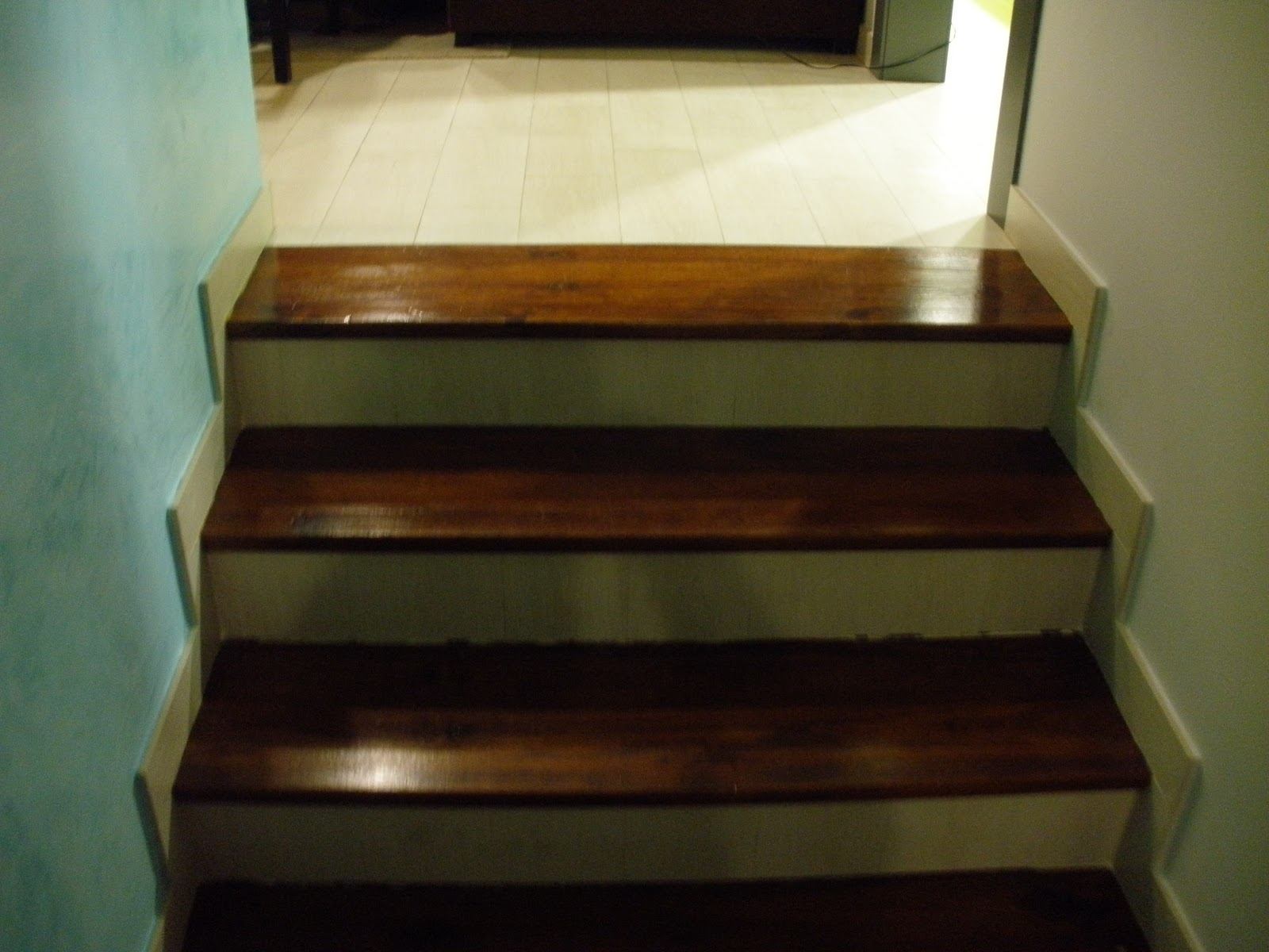 Construcciones rudi escalera de madera y suelo imitando - Peldano porcelanico ...