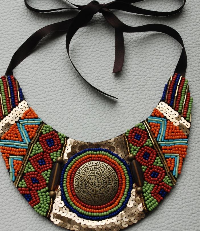 Opción 1 Collar étnico de la colección Exclusive, perfecto con un bikini  blanco para que le de mayor protagonismo al collar