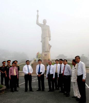 Đồng chí Trương Tấn Sang và lãnh đạo tỉnh Long An trước tượng đài đồng chí Võ Văn Tần. (Ảnh CA TPHCM)