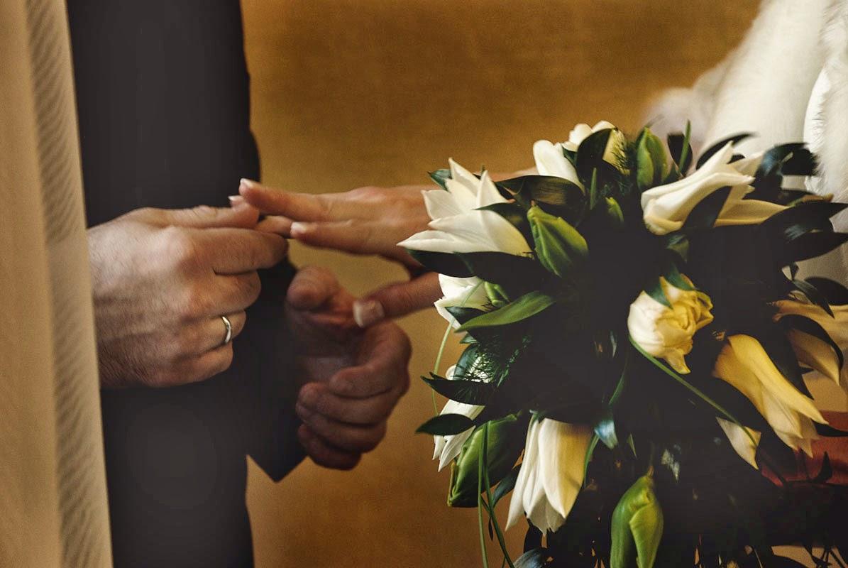 Dłonie pary młodej na slubie, bukiet ślubny z tulipanów