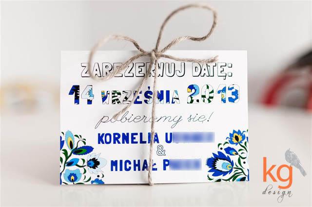 Save The Date - Zarezerwuj Datę, łowicka wycinanka, folk, motyw ludowy, folkowy, kwiaty góralskie, pocztówka, kolorystyka: granatowy, niebieski, chabrowy, omotane sznurkiem lnianym naturalnym, wiązane sznurkiem lnianym kolorowym, STD, styl ludowy, żółty sznurek, pocztówka Save The Date, pojedyncza karta, proste zaproszenie, klasyczne, biała koperta, prostokątne, 10x15cm, motyw przewodni, kolor lazurowy, motyw kwiatowy, kolorowe kwiaty