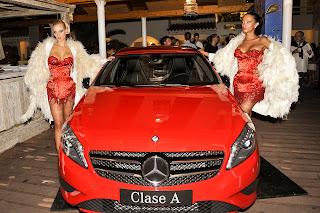 Otro Mercedes Clase A de color rojo fue presentado por unas exuberantes azafatas
