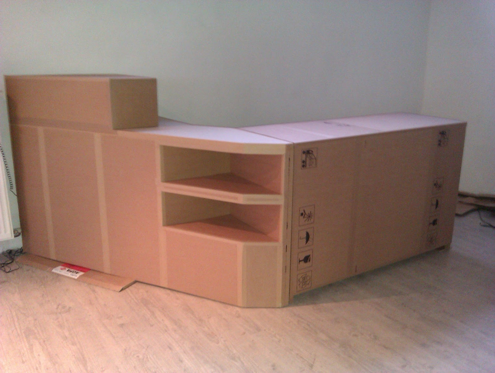 Carton bricolage d coration comptoir pour une mercerie for Recuperation de vieux meubles