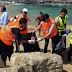 بالصور.. محافظ الإسكندرية يشارك في جمع القمامة بشاطئ جليم