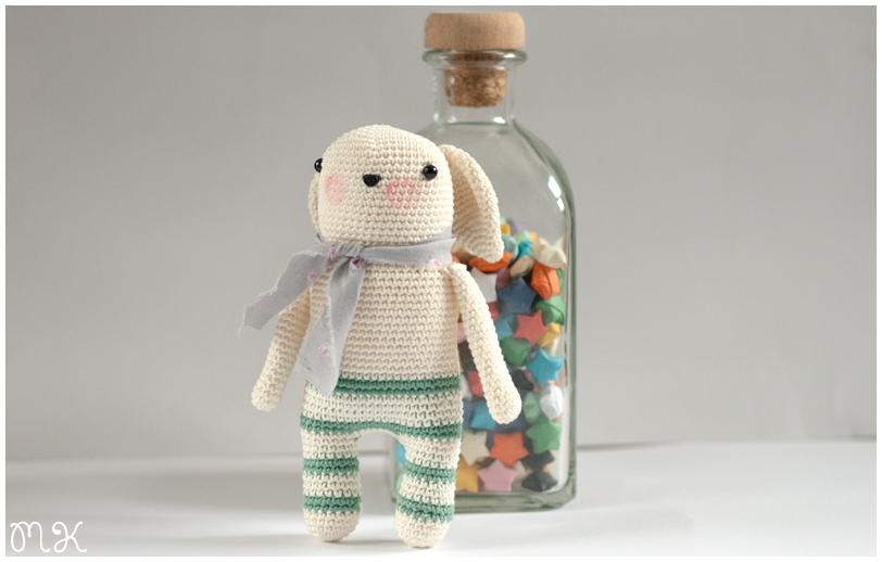 muñeco de ganchillo y botella con estrellas de colores