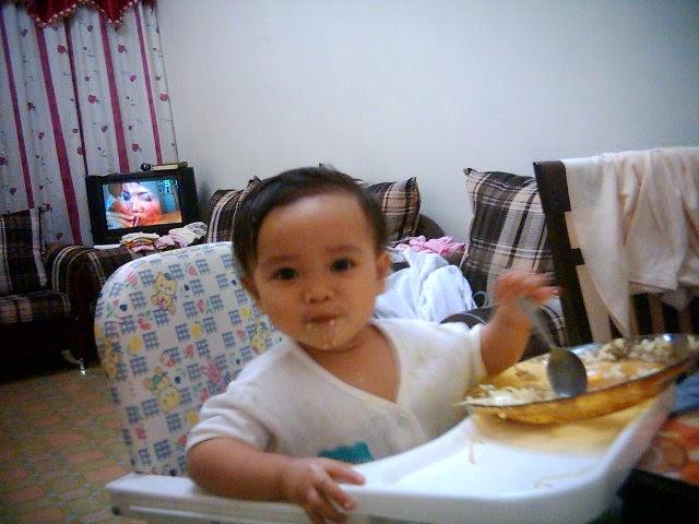 Gambar bayi makan sendiri lucu