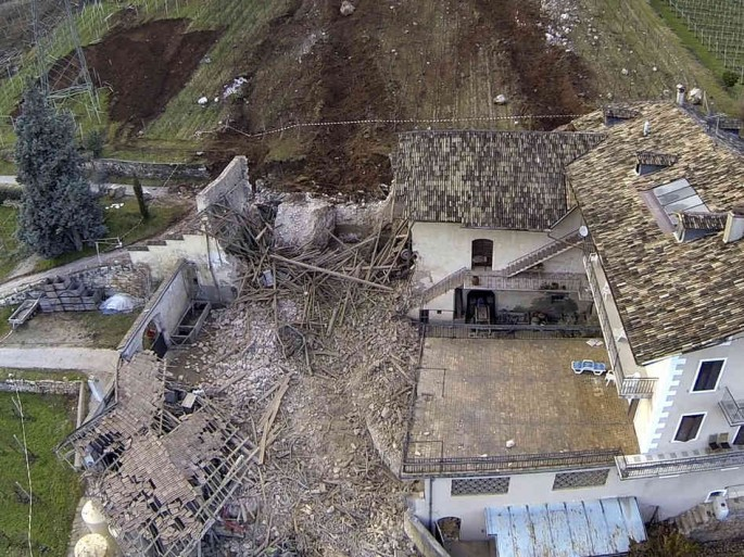 Rocas gigantes caen de una montaña demoliendo establo, por poco y pierde toda la casa