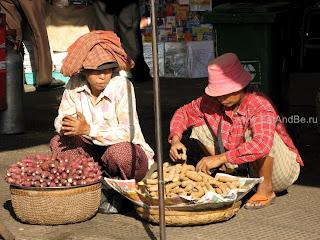 Батат и тамаринд (справа) в Phsar Thmei - центральный рынок в Пномпене, Камбоджа Есть и быть www.EatAndBe.ru