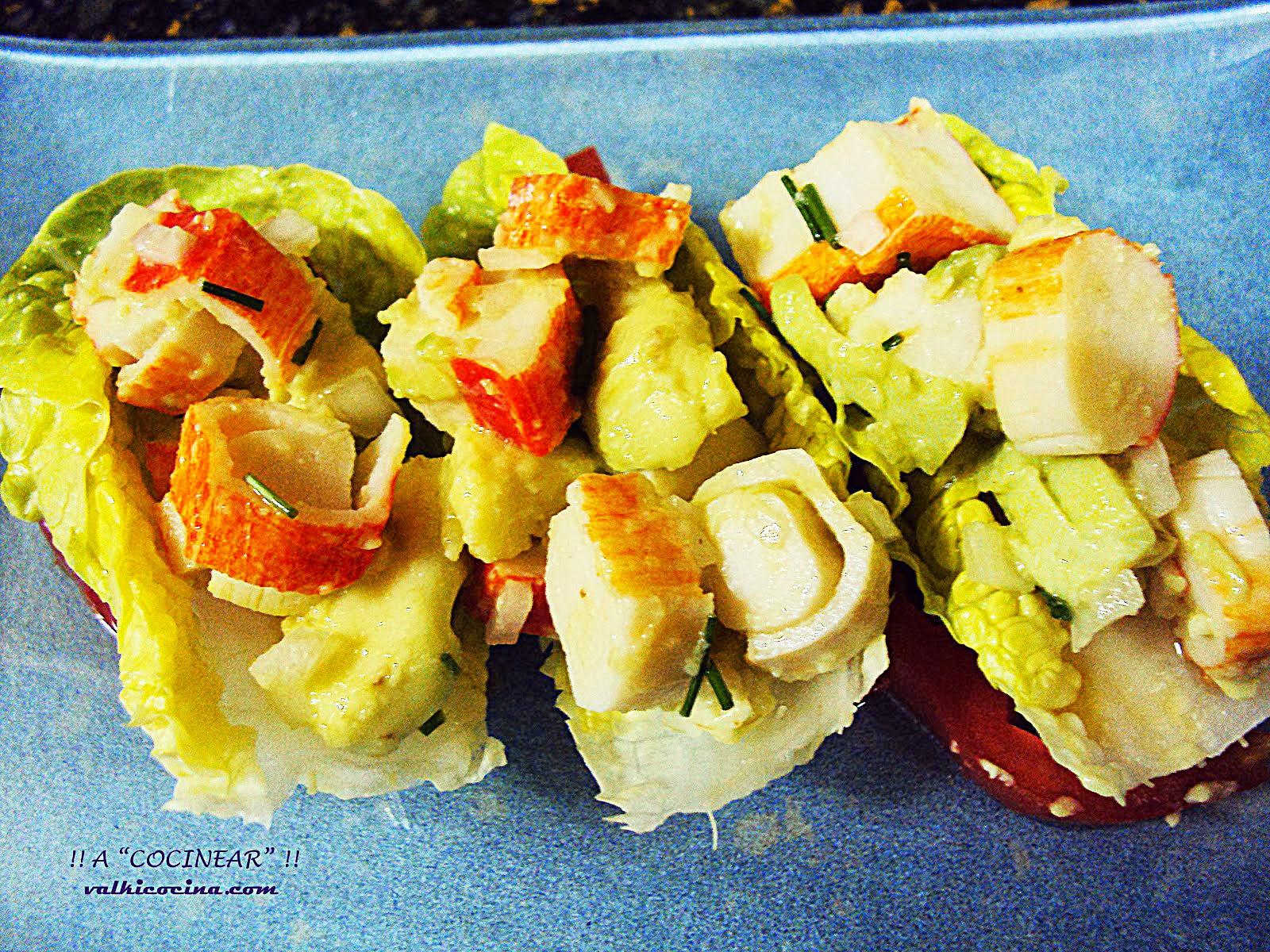 Ensalada de aguacate y palitos de cangrejo con cogollos