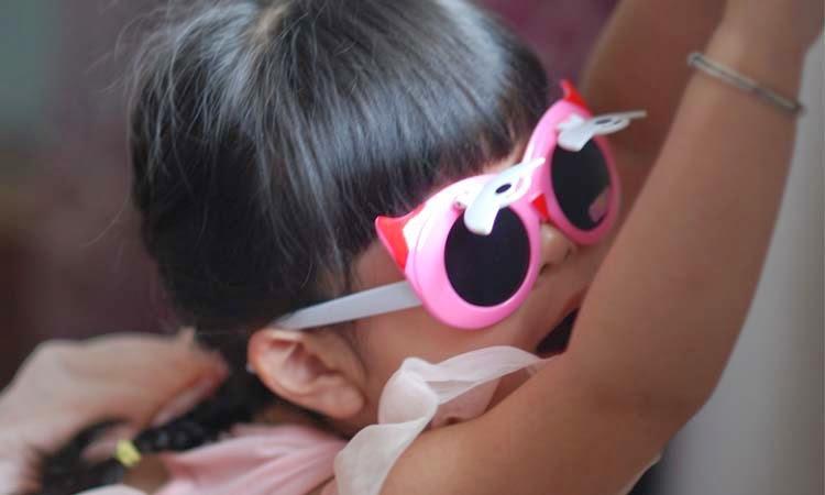 Gambar anak kecil memakai kacamata keren