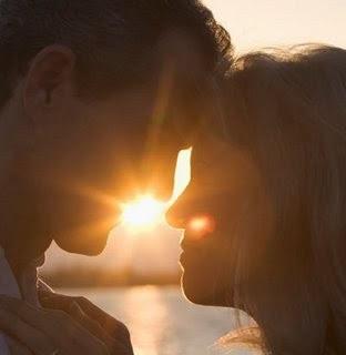 El viento besa el barco, el barco besa el mar, y yo quisiera ser brisa para tus labios poder besar.