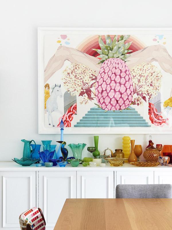 aparador casa familiar con piezas de vidrio de muchos colores