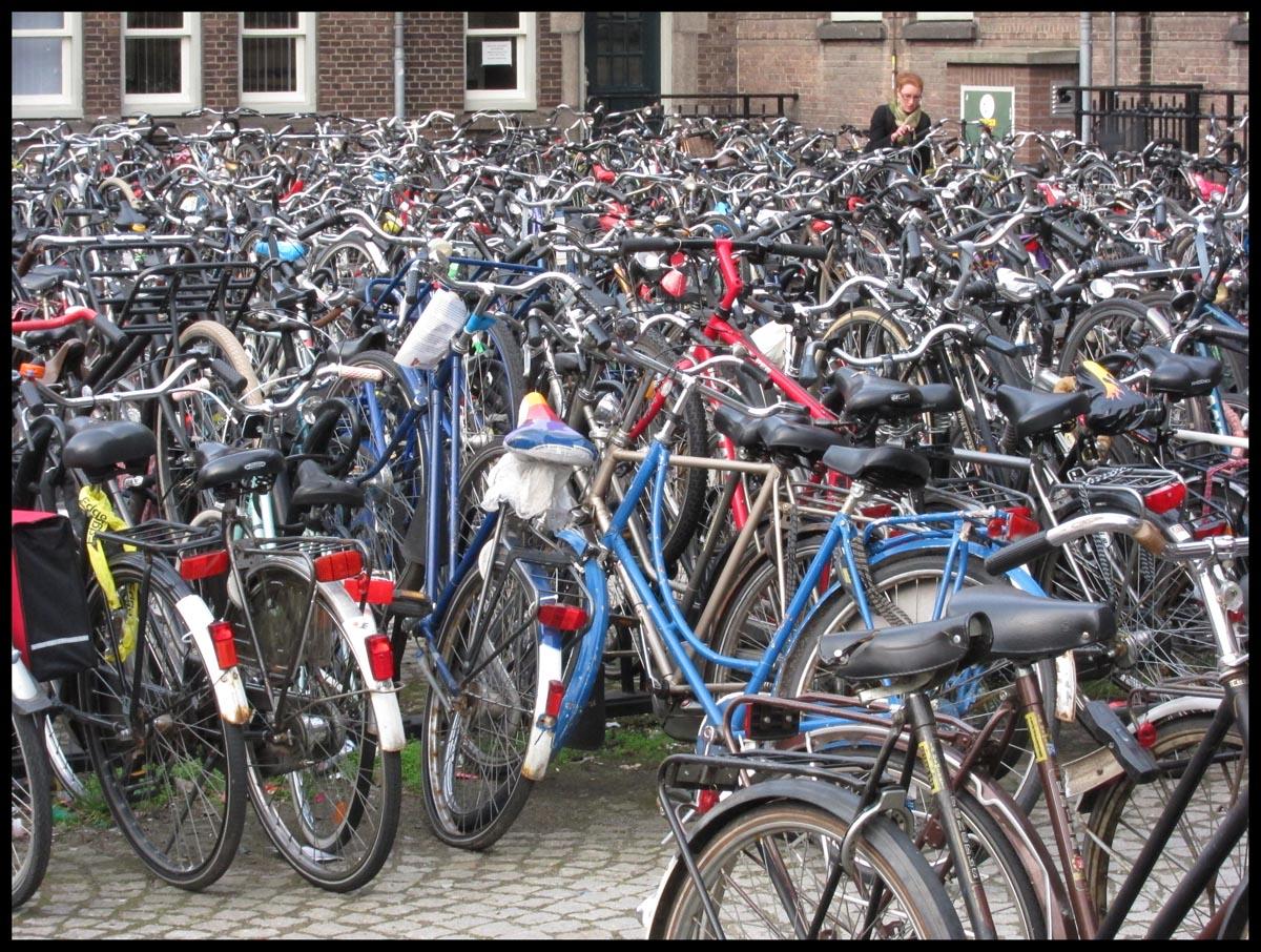 Resultado de imagen de aparcamiento bicis bolonia