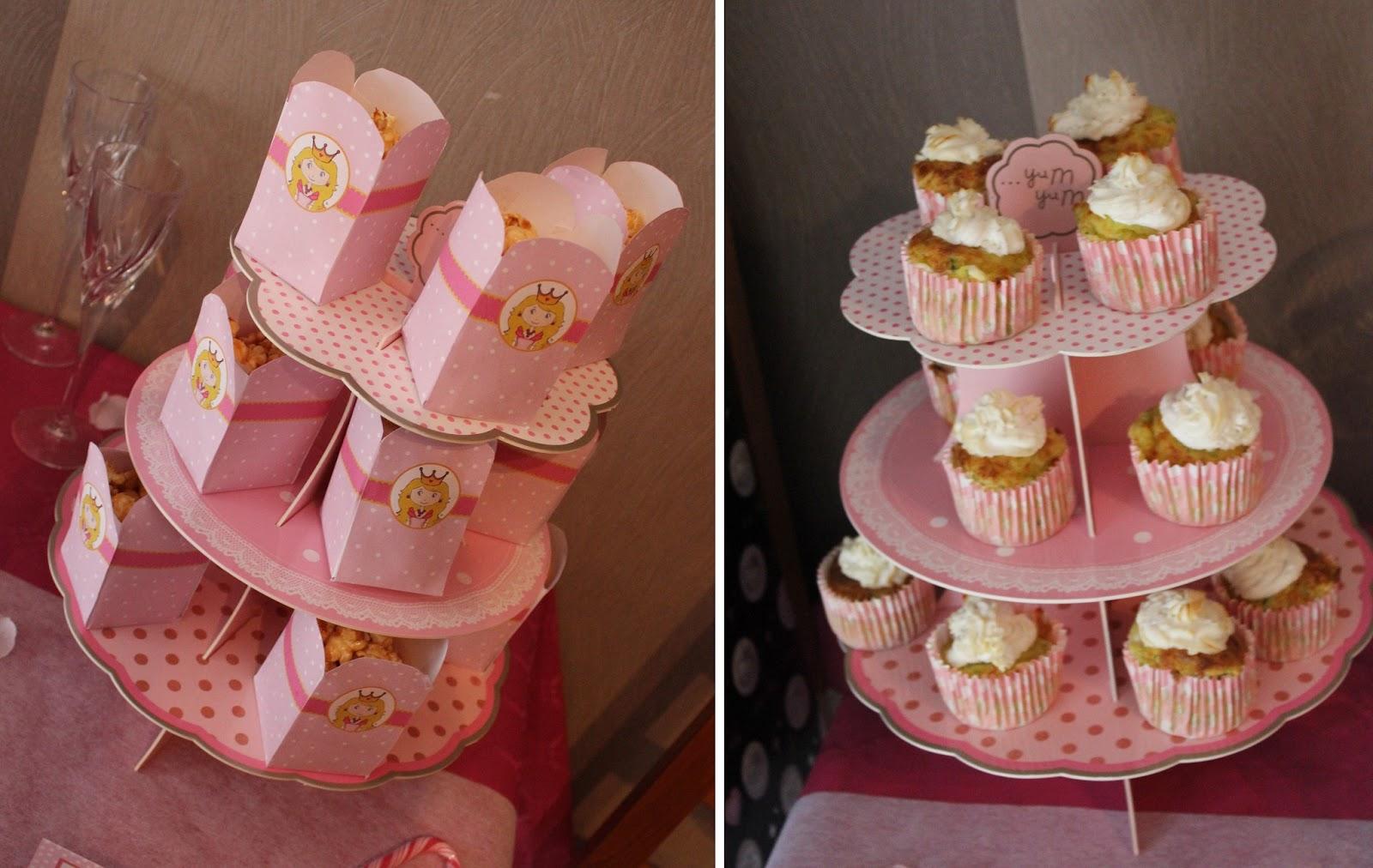 présentoir en carton et cupcake rose