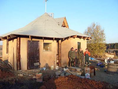 Деревянный несущий каркас для дома из соломы.
