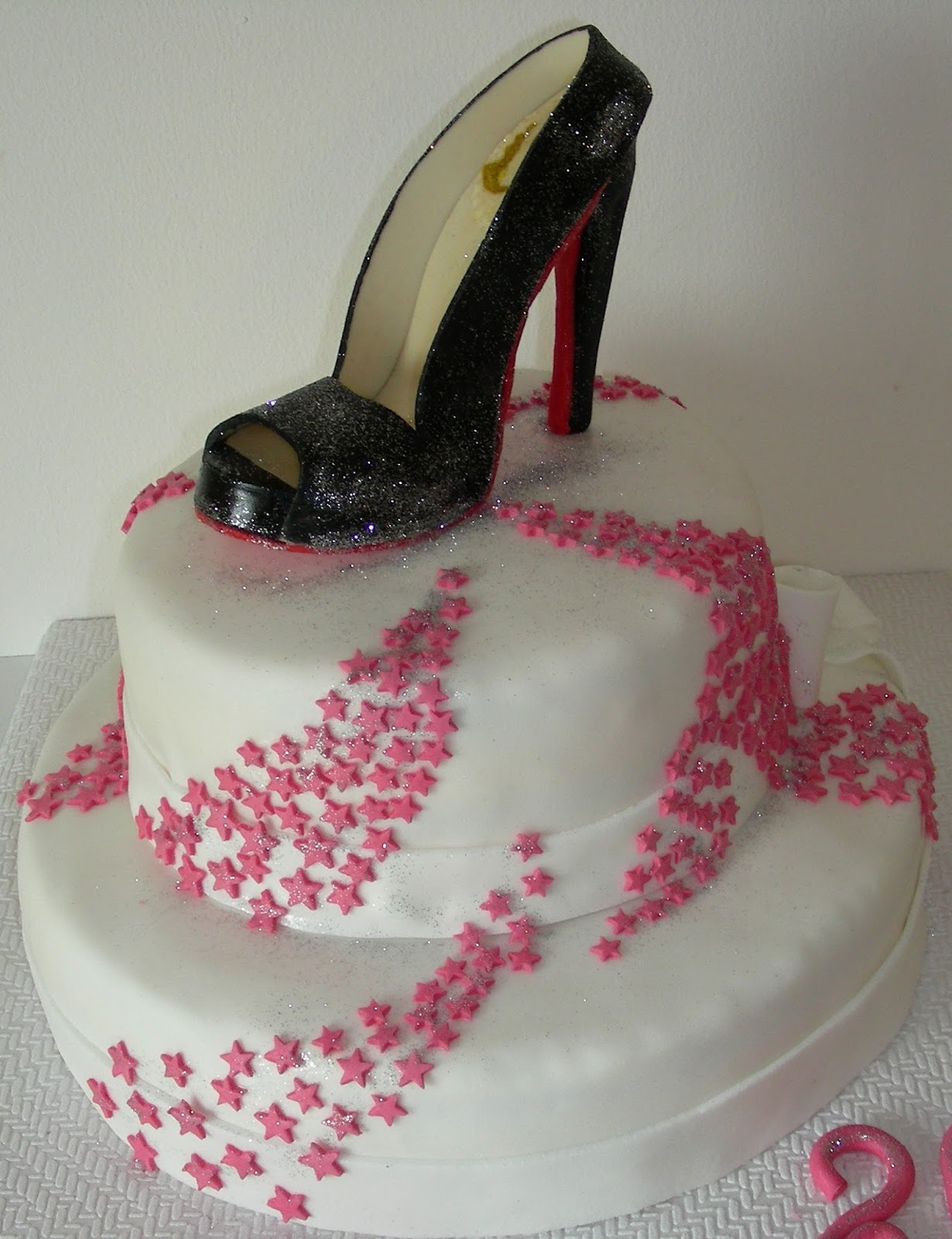 Gâteau Danniversaire Avec Une Chaussure En Pâte à Sucre Gateaux D