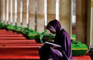 Muslimah baca Qur'an (foto dari suara-islam.com)