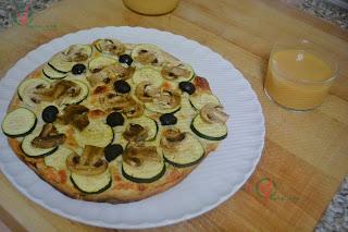 Gazpacho de albahaca y Pizza de calabacín y champiñón.