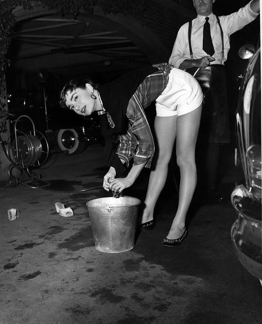 Det er fredag... Audrey+Hepburn+Washing+a+Car,+1954