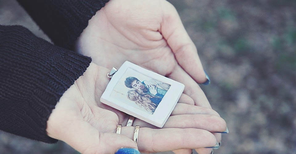 http://www.one-o.it/diy-polaroid-necklace/#.UzAC21fLI3A